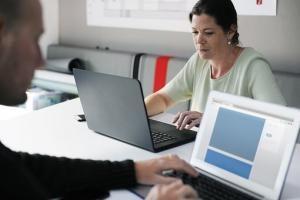 Praca w sieci - czy watro podpisywać umowę